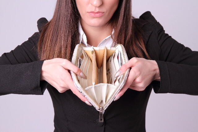 財布にお金を入れない、家にスットックしない